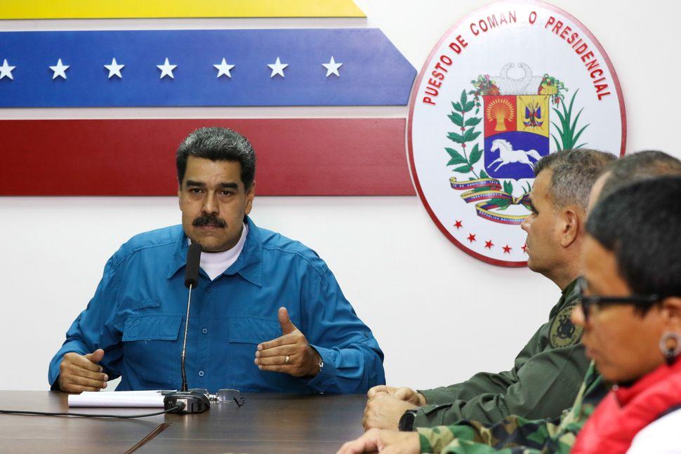 Apesar de pressão, Maduro resiste e diz ter lealdade dos militares para continuar no