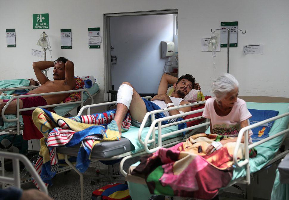 Hospital na fronteira com a Colômbia é ocupado por pessoas em más condições...
