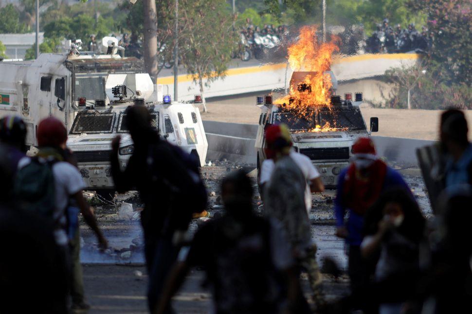 Tentativa de Guaidó de dar fim ao regime Maduro tem promessa de conflitos diários. Especialista...