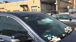 Lascia l'auto parcheggiata per mesi sulle strisce blu e trova 17 multe.