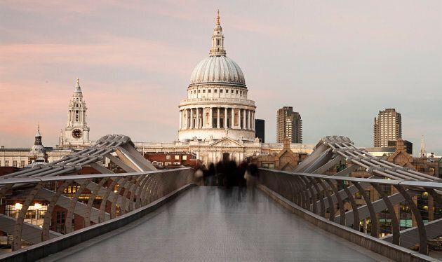 Cade da 30 metri nella Cattedrale di Londra: muore adolescente. È il secondo caso in 18