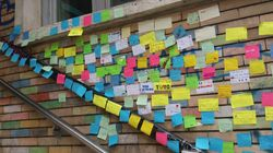 Graffito con insulti alla preside, gli studenti lo coprono con centinaia di post-it: