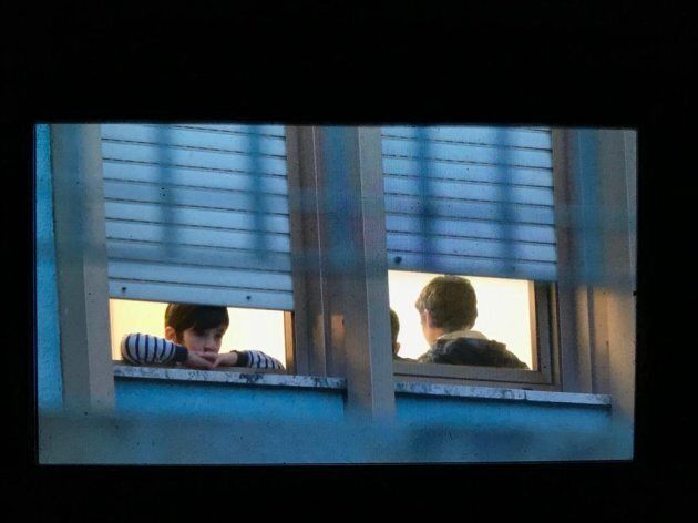 Bambini alle finestre, mentre il pulmino porta via i primi rom da Torre