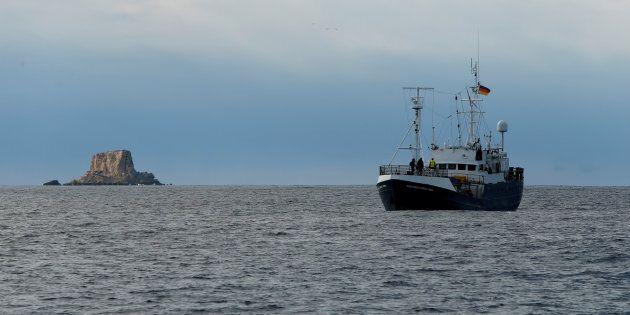 La nave di Sea Eye si dirige verso Lampedusa. Salvini scrive alla Germania:
