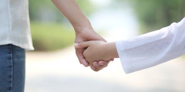Padre e madre, così i figli delle famiglie arcobaleno resteranno senza
