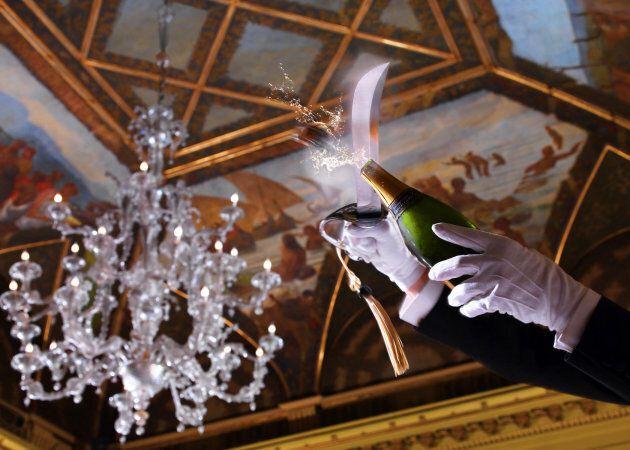 Bollicine da rito: dallo Champagne al Franciacorta, torna la sciabolata. Da Roma a New York eventi, festival...