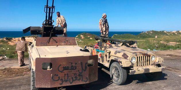 Libia, è fuga internazionale: via i soldati americani e gli imprenditori italiani. Sarraj accusa