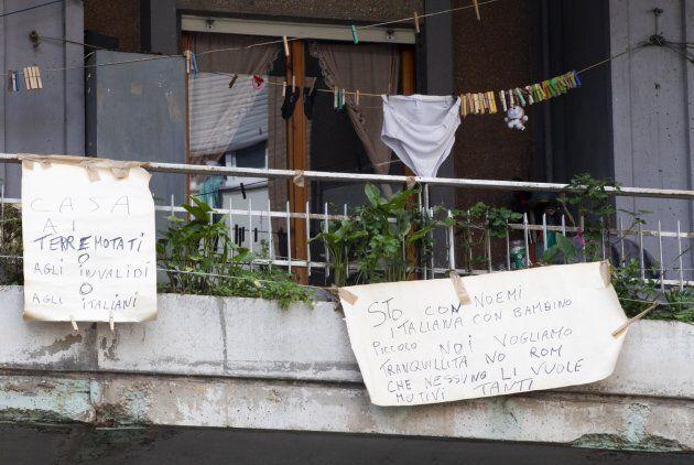 Cartelli appesi ai balconi dello stabile di via Cipriano Facchinetti 90, nel quartiere Casalbruciato...
