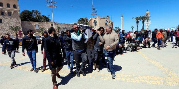 È guerra civile alle porte dell'Italia. In migliaia fuggono dalla