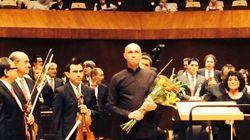 Si accascia a terra mentre entra in scena, il compositore e direttore Stefano Mazzoleni in condizioni
