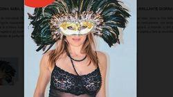 In lingerie, con la maschera al volto: