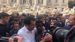 Dal bagno di realtà al bagno di folla, Matteo Salvini si concede una giornata di selfie e sorrisi fra la