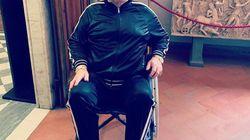 Elton John visita gli Uffizi a Firenze in sedia a rotelle: