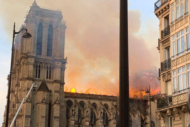 Le immagini dell'incendio di Notre Dame: parte della Cattedrale è ormai in