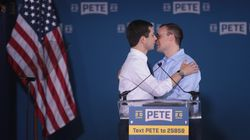 Il candidato democratico bacia il marito in tv.