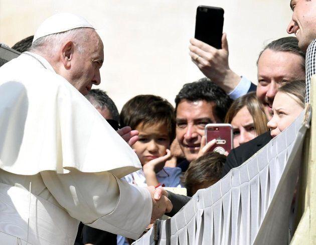 Stretta di mano tra Greta Thunberg e Papa Francesco in Vaticano: