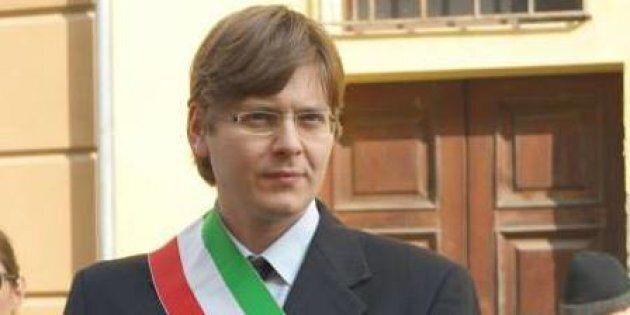 Non sa leggere il giuramento in italiano e il sindaco dice