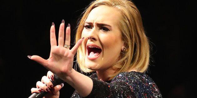 Adele si è separata dal marito Simon. La crisi del settimo anno non
