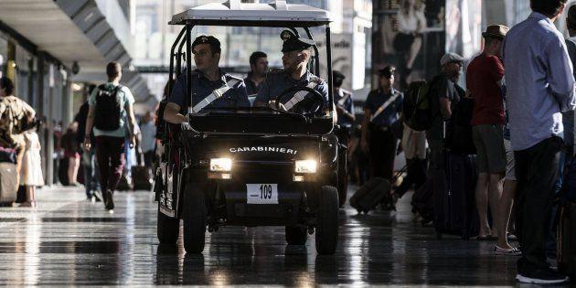 Uomo con crocefisso al collo accoltellato a Roma. Salvini scrive a prefetti e questori, M5S lo