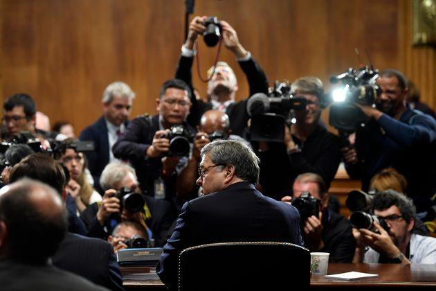 상원 법사위원회에 출석한 윌리엄 바 미국 법무부 장관이 기자들의 플래시 세례를 받고 있다. 2019년