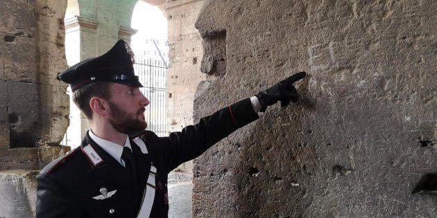 Incide iniziali di marito e figli sul Colosseo: turista