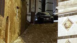 Traditi dal navigatore, si ritrovano con la macchina sulla scalinata del Battistero di