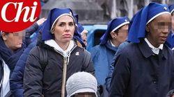 Ilary Blasi irriconoscibile accompagna i malati in pellegrinaggio a