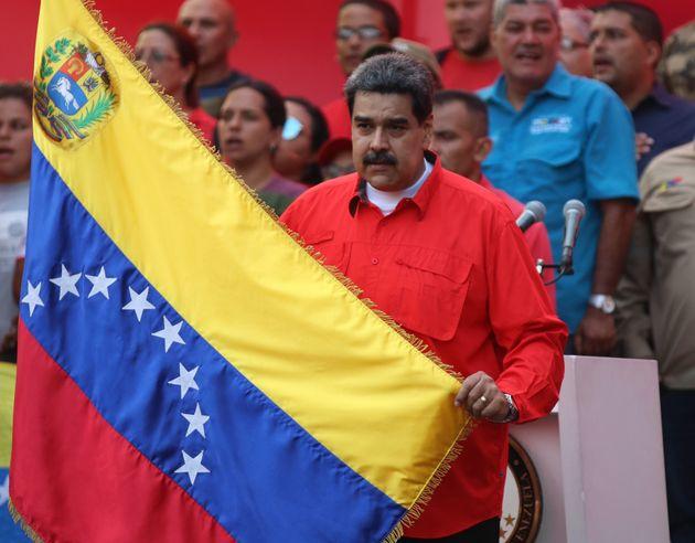 Guaidó anuncia huelga general y Maduro llama al chavismo a