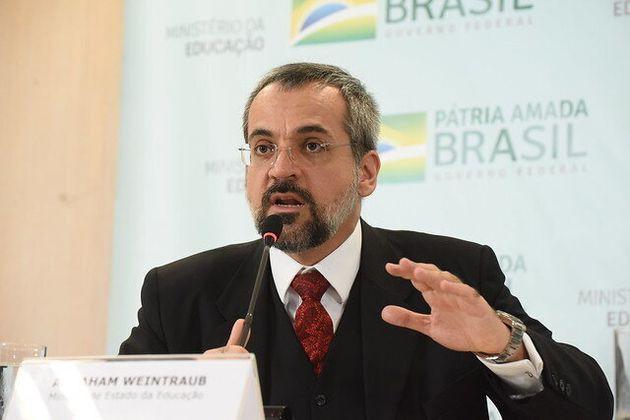 Na coletiva de imprensa, o ministro Abraham Weintraub se esquivou de responder qualquer pergunta sem...