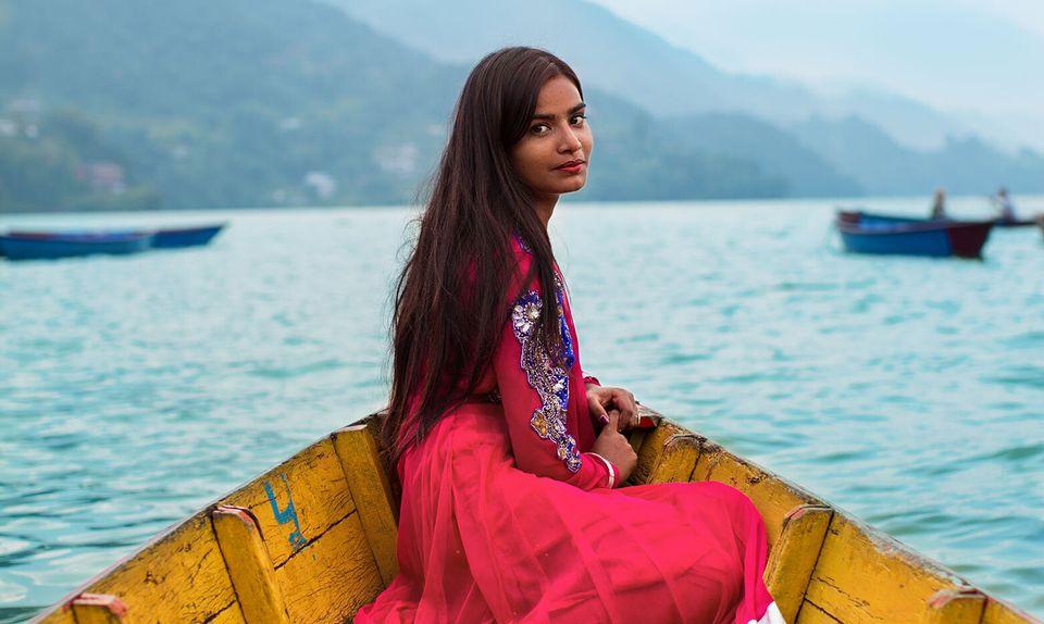 Sensuali, in viaggio o al lavoro: Brescia celebra le donne attraverso la