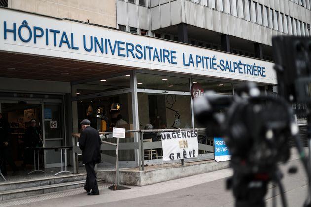 Devant l'hôpital de la Pitié-Salpêtrière à Paris le 2 mai