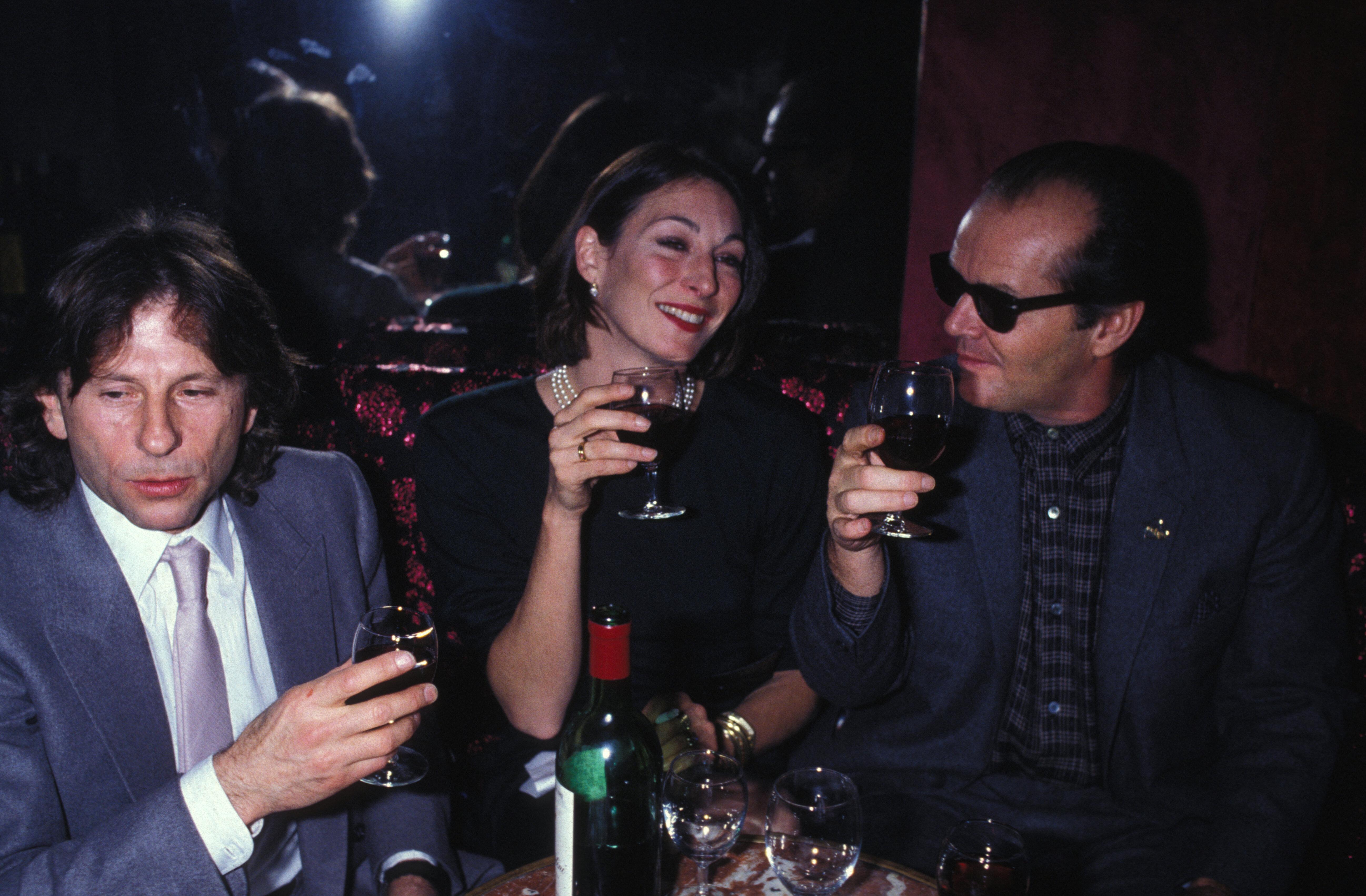 Roman Polanski, Jack Nicholson et sa compagne Anjelica Huston lors d'une soirée à Paris en février 1984, France. (Photo by GARCIA/Gamma-Rapho via Getty Images)