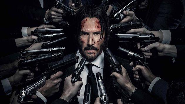 Agora com sua cabeça a prêmio, John Wick (Keanu Reeves) precisa fugir de uma horda de