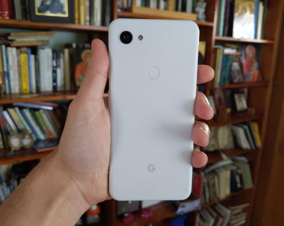 Le Google Pixel 3a XL est la copie identique du Pixel 3 XL. De dos du
