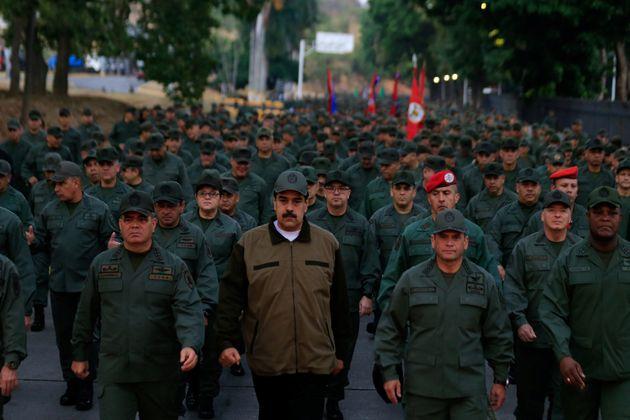 Maduro marcha à frente de militares nesta quinta-feira, para demonstrar o apoio que ainda tem...