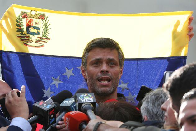 Leopoldo López fala com jornalistas do lado de fora da embaixada da Espanha em