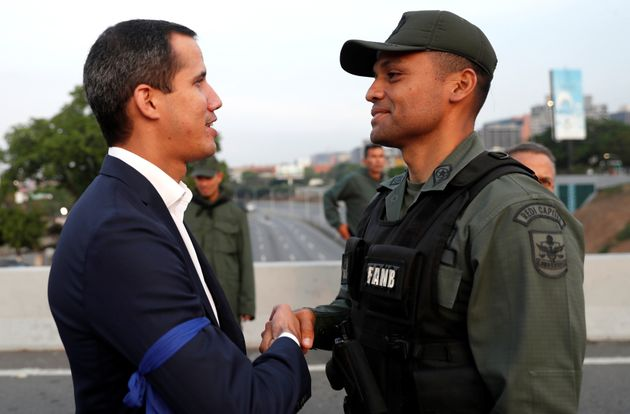 Militar dissidente cumprimenta o líder opositor Juan