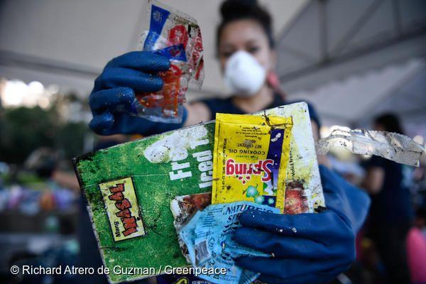 전 세계 42개국 18만 7천여개의 플라스틱 쓰레기를 조사한 결과, 코카콜라-네슬레-펩시코와 같은 소비재 기업의 플라스틱 포장재가 가장 많은 것으로