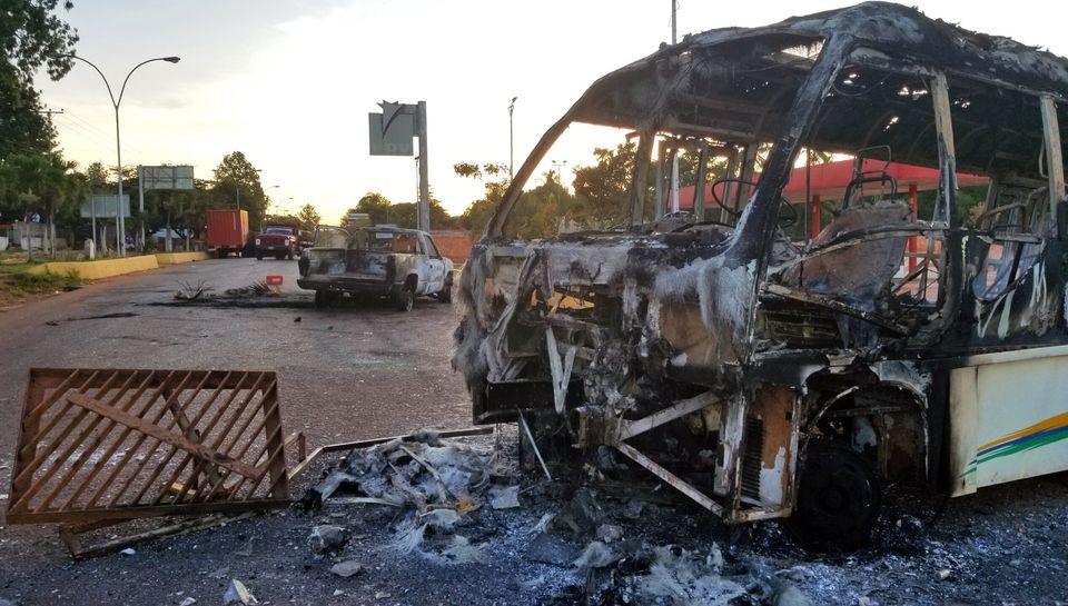 2월 23일 산타 엘레나 데 우아이렌에서 일어난 시위에서 불탄 차량이 거리에