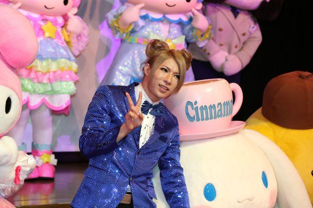 サンリオキャラクターの「シナモロール」や宝塚ファンを公言するゴールデンボンバーの歌広場淳さん(2017年07月)