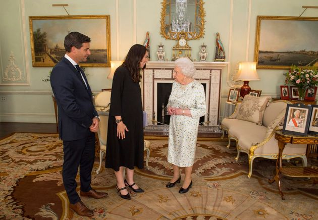 임신 중이었던 저신다 아던 총리의 영국 방문에 동행한 클락 게이퍼드. 두 사람이 엘리자베스 2세 영국 여왕을 접견하는 모습. 2018년