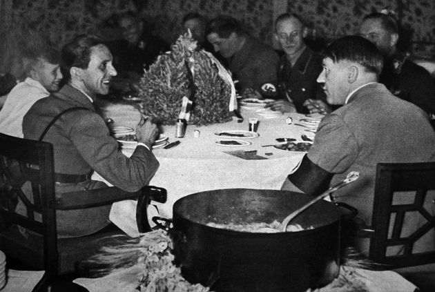 «At the Wolf's Table»: Η γυναίκα που δοκίμαζε το φαγητό του