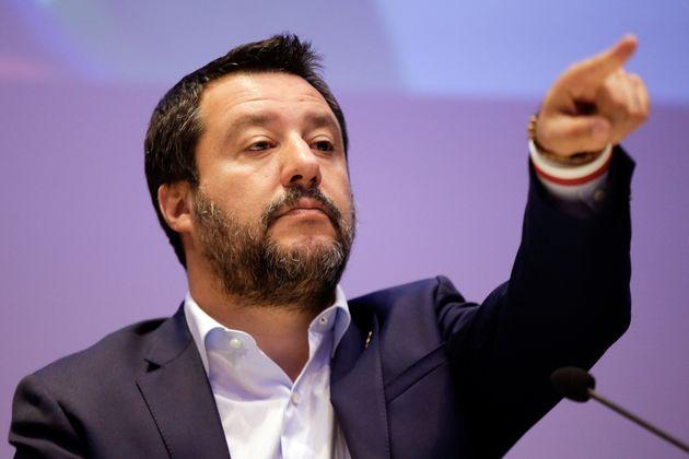 Il tribunale di Bologna ordina di dare la residenza a due richiedenti asilo. Salvini: