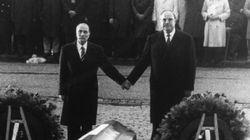 L'histoire derrière la photo mythique de François Mitterrand et Helmut Kohl main dans la