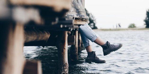 Un pied dans une chaussure trouvé sur un quai à