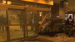 Un taxi fonce dans le lobby d'un hôtel du centre-ville de