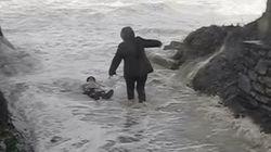 La vidéo impressionnante d'un couple sauvé de la