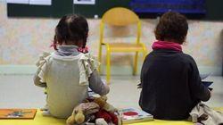 Une éducatrice force une fillette de 4 ans à nettoyer son