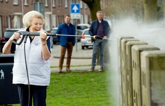 La princesse Beatrix des Pays-Bas, nettoyeuse à haute pression à la main, vaut le détour(nement)