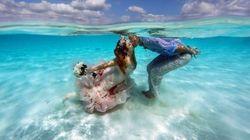 Ce couple s'est marié sur un banc de sable en pleine mer des
